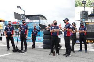 William Byron, Hendrick Motorsports, Chevrolet Camaro Liberty University, crew