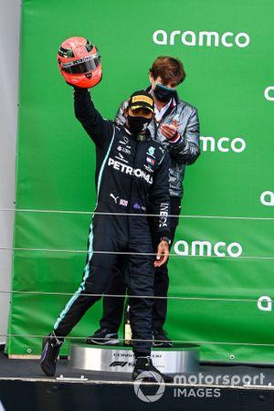 Lewis Hamilton, Mercedes-AMG F1, 1 ° posto, arriva sul podio con il casco di Michael Schumacher che gli è stato regalato dal figlio Mick