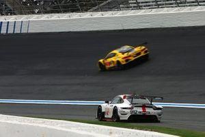 Hasarlı #912 Porsche GT Team Porsche 911 RSR - 19, GTLM: Laurens Vanthoor, Earl Bamber ve #3 Corvette Racing Corvette C8.R, GTLM: Antonio Garcia, Jordan Taylor drives by