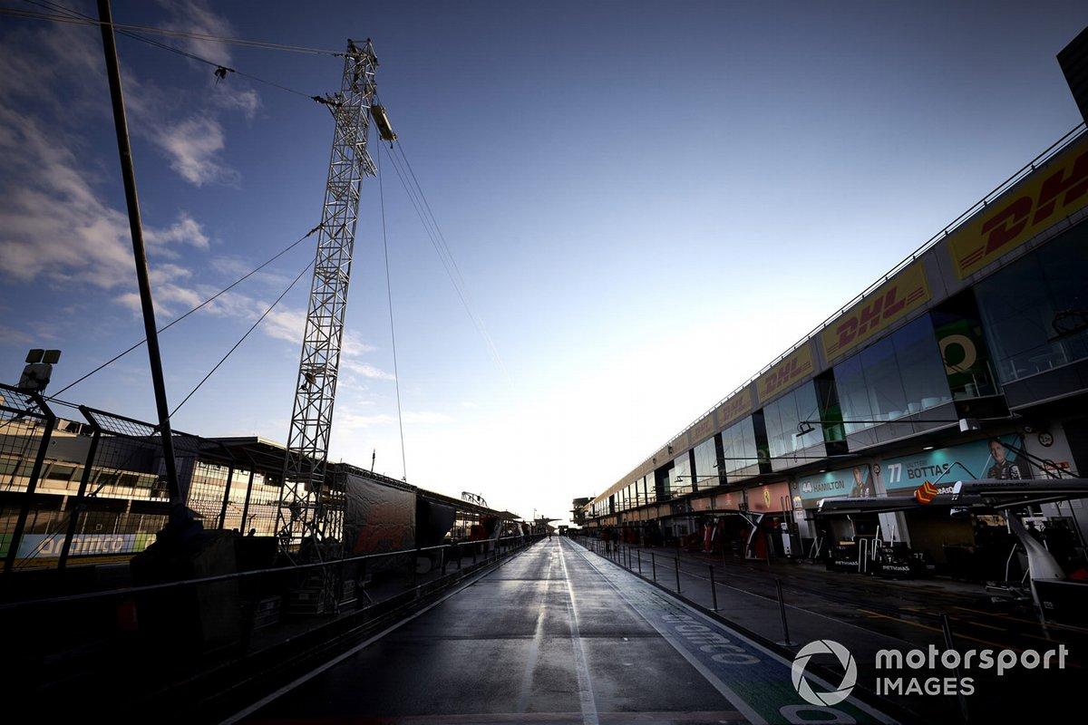 Гаражи Mercedes-AMG F1 на пит-лейне