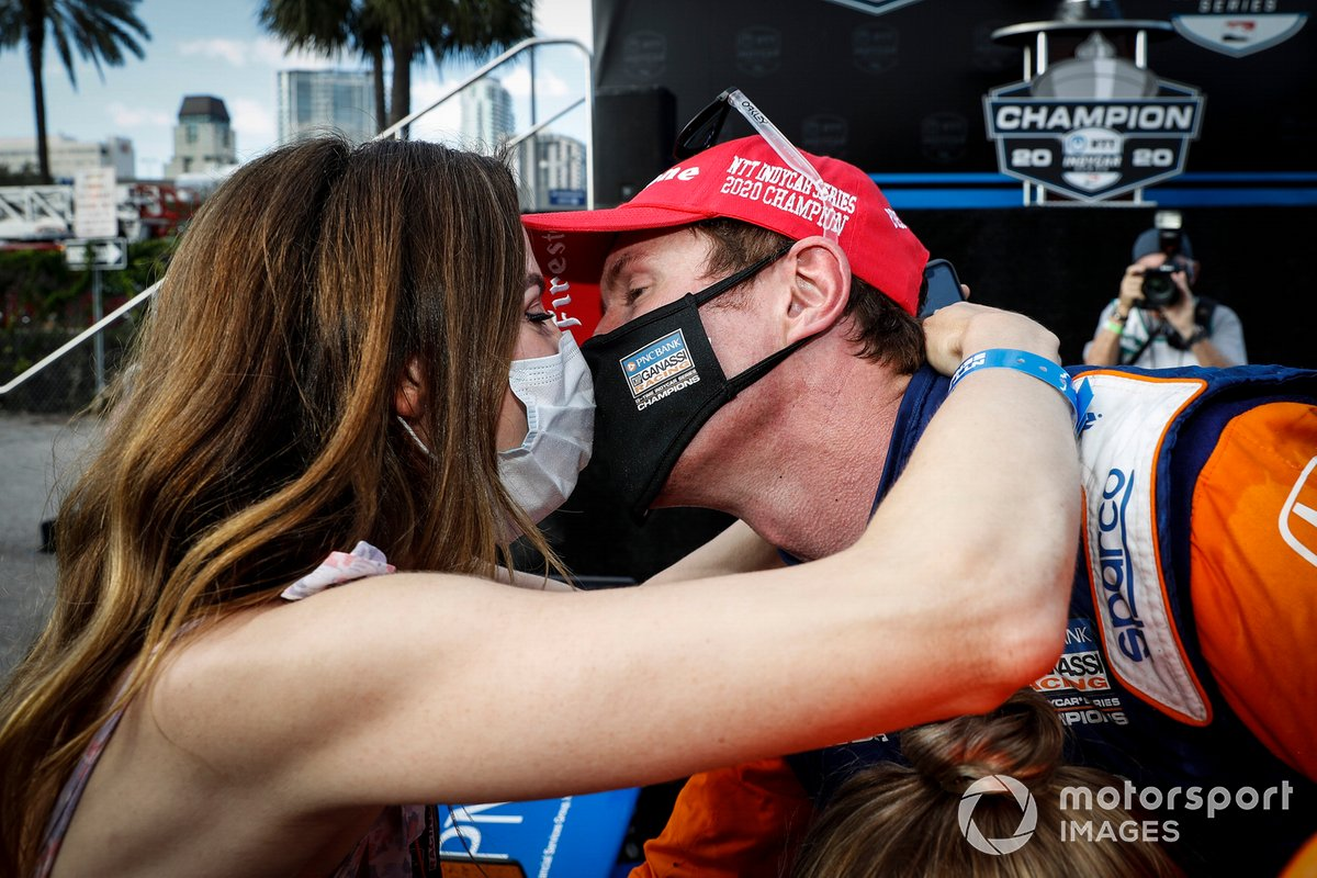 El campeón Scott Dixon, Chip Ganassi Racing Honda recibe un beso de su esposa Emma