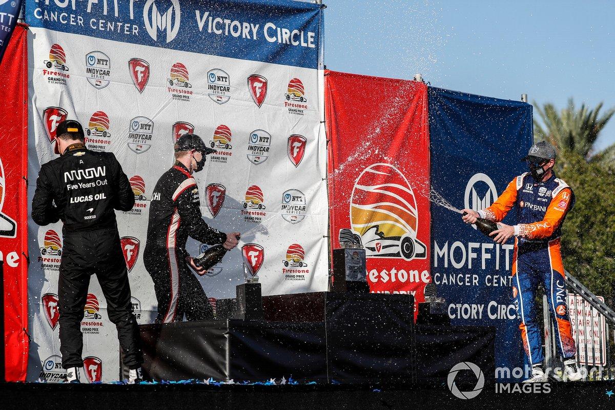 Podio: segundo lugar Patricio O'Ward, Arrow McLaren SP Chevrolet, ganador Josef Newgarden, Team Penske Chevrolet, y tercer lugar Scott Dixon, Chip Ganassi Racing Honda