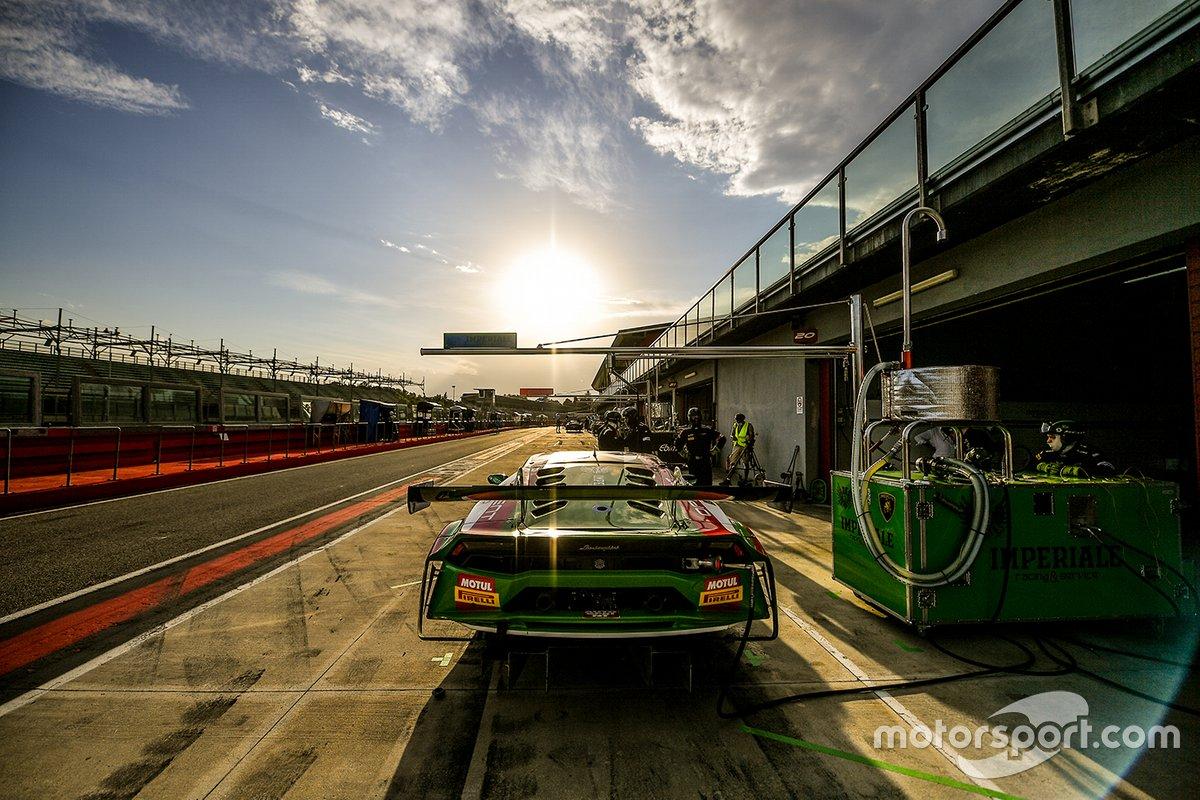La Lamborghini Huracan del team Imperiale Racing nella pit lane di Imola