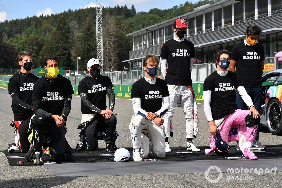 Romain Grosjean, Haas F1, Daniel Ricciardo, Renault F1, Valtteri Bottas, Mercedes-AMG F1, Pierre Gasly, AlphaTauri, Antonio Giovinazzi, Alfa Romeo, Lance Stroll, Racing Point, y Carlos Sainz Jr., McLaren, se levantan y se arrodillan en apoyo de la Campaña para el Fin del Racismo