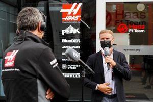 Presenter David Coulthard, Channel 4 F1, interviews Guenther Steiner, Team Principal, Haas F1