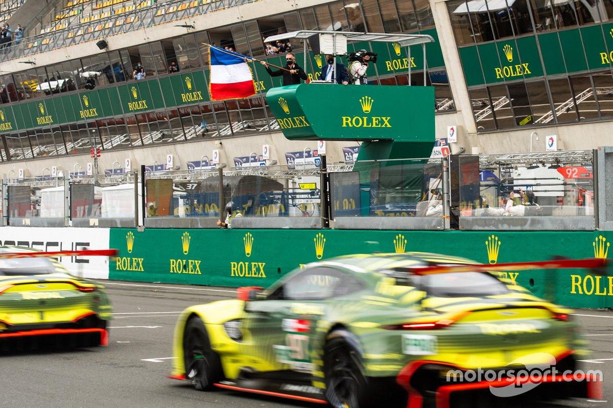 Carlos Tavares ondea la bandera de salida de las 24 horas de Le Mans