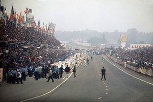 Todos los pilotos hacen la tradicional salida de carrera, excepto Jacky Ickx que camina a través de la pista en protesta