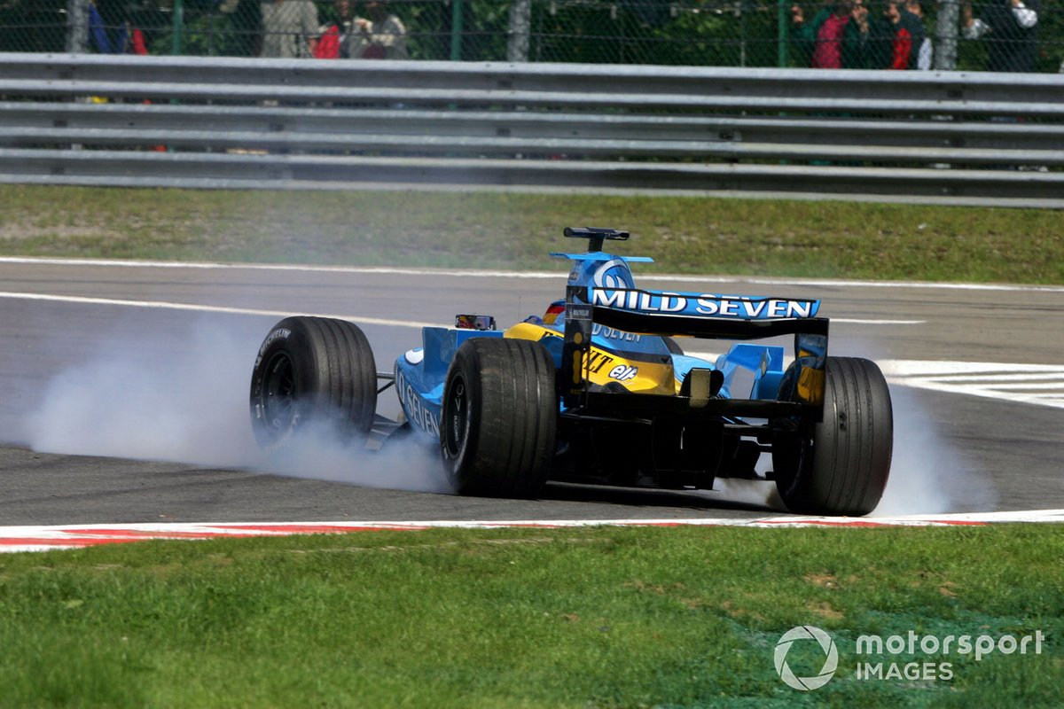 Алонсо же без видимых проблем сдерживал Райкконена, но борьба чемпионов мира трех следующих сезонов закончилась досрочно: на Renault прямо под задние колеса стало течь масло. Фернандо дважды закрутился на трассе и увяз в гравии. Лидерство команды Флавио Бриаторе испарилось