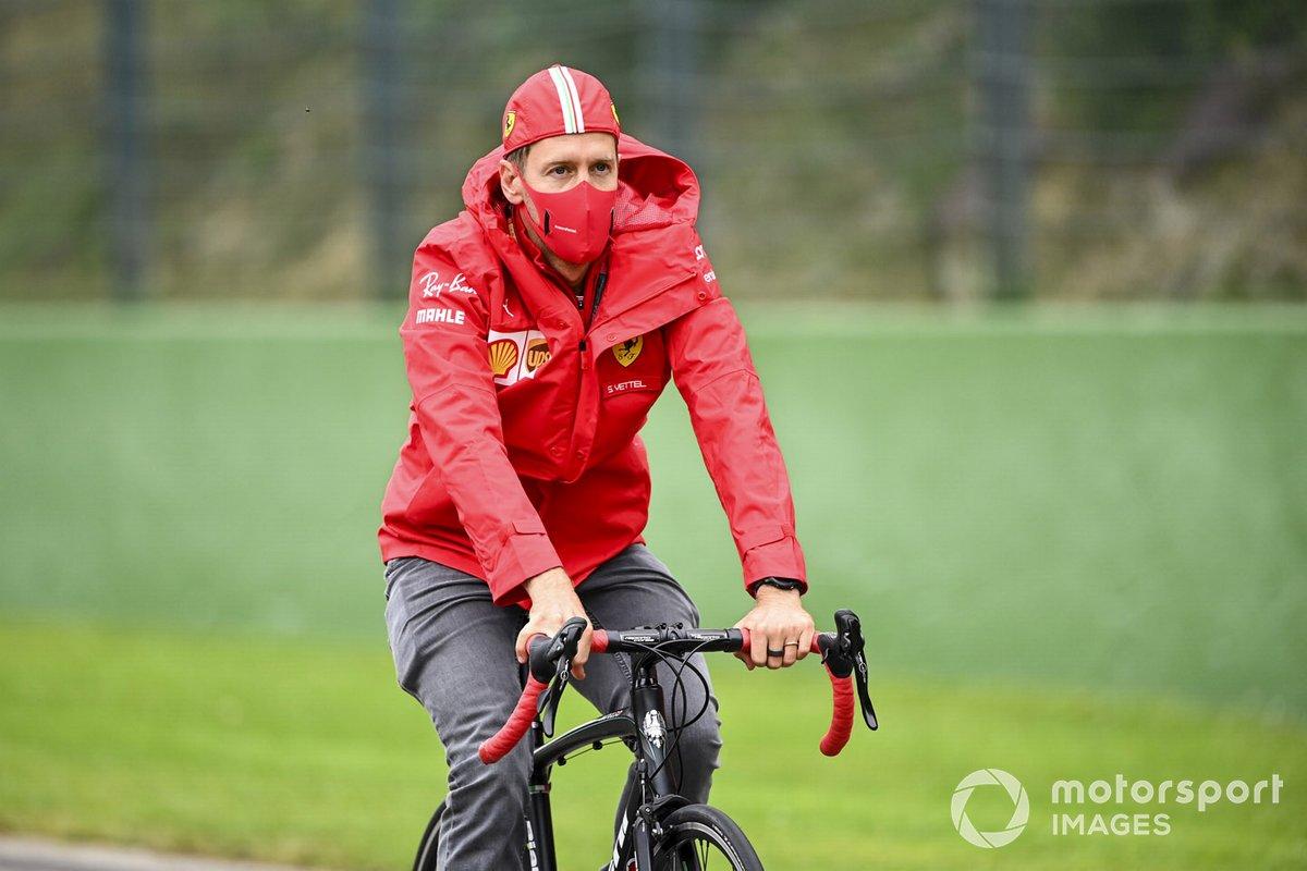 Sebastian Vettel, Ferrari, recorre la pista en bici