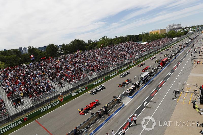 Sebastian Vettel, Ferrari SF71H, mène au départ devant Valtteri Bottas, Mercedes AMG F1 W09, Max Verstappen, Red Bull Racing RB14, Lewis Hamilton, Mercedes AMG F1 W09, Kimi Raikkonen, Ferrari SF71H, Daniel Ricciardo, Red Bull Racing RB14 et le reste du pel