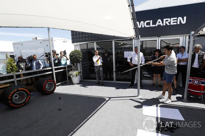 Eric Boullier, director de McLaren, observa a Max Pacioretty, jugador de hockey