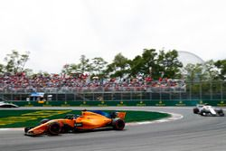 Fernando Alonso, McLaren MCL33, voor Charles Leclerc, Sauber C37