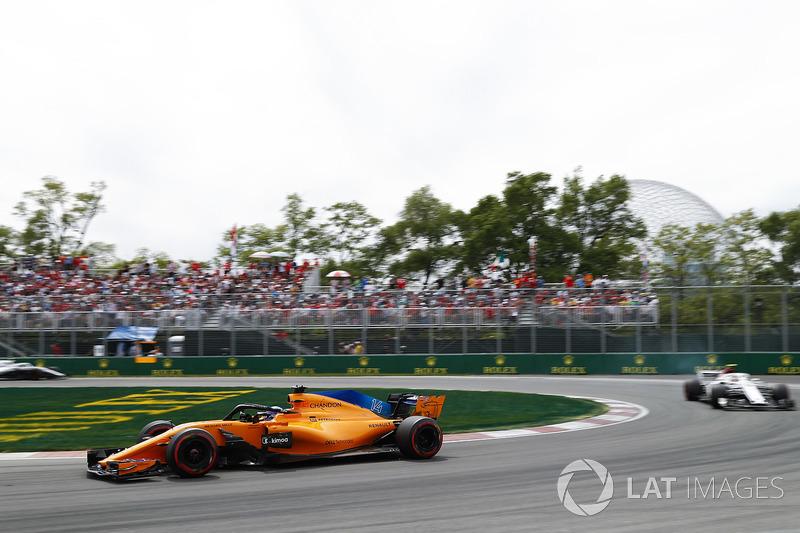 Fernando Alonso, McLaren MCL33,y Charles Leclerc, Sauber C37