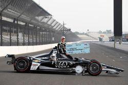 Verizon P1 pole winner Ed Carpenter, Ed Carpenter Racing Chevrolet with 00,000 check