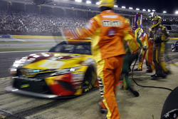 Kyle Busch, Joe Gibbs Racing, Toyota Camry M&M's M&M's Red Nose Day pit stop