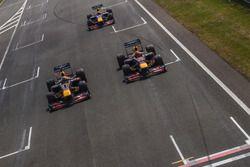 Daniel Ricciardo, RB7, Max Verstappen, RB8, en David Coulthard, RB7, tijdens Jumbo Racedagen
