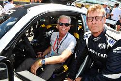 Bernd Maylander FIA, piloto del Safety Car y Philip Schofield en la parrilla