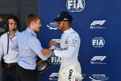 Lewis Hamilton, Mercedes-AMG F1, reçoit le trophée Pirelli de la pole position des mains de Billy Monger