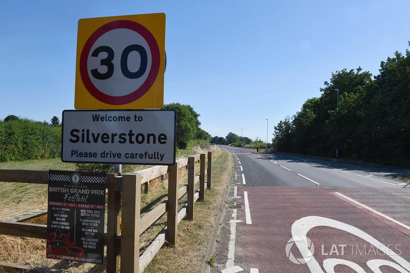 Silverstone Village, cartello stradale