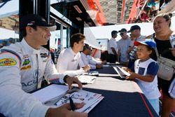 #7 Acura Team Penske Acura DPi, P: Helio Castroneves, Ricky Taylor firma un autógrafo para un fan en el paddock