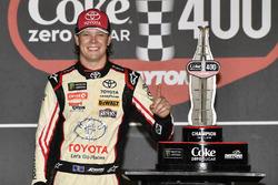 Erik Jones, Joe Gibbs Racing, Toyota Camry buyatoyota.com, festeggia la vittoria