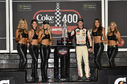 1. Erik Jones, Joe Gibbs Racing, mit den Monster-Girls