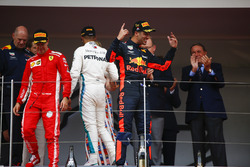 Podio: Daniel Ricciardo, Red Bull Racing, celebra con Adrian Newey, director Red Bull Racing, tercer lugar Lewis Hamilton, Mercedes AMG F1, y segundo lugar Sebastian Vettel, Ferrari,