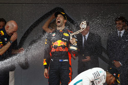 Podio: ganador de la carrera Daniel Ricciardo, Red Bull Racing, Adrian Newey, director técnico, Red Bull Racing, segundo puesto Sebastian Vettel, Ferrari, tercer puesto Lewis Hamilton, Mercedes AMG F1