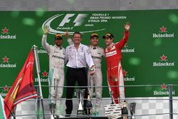 Podium: Nico Rosberg, Mercedes AMG F1, second place Lewis Hamilton, Mercedes AMG F1, Simon Cole, Mercedes AMG F1 Chief Track Engineer, third place Sebastian Vettel, Ferrari