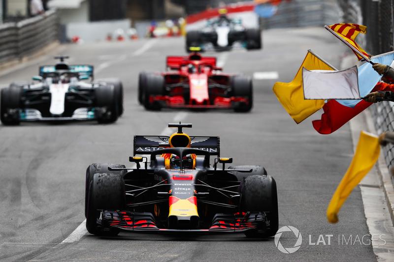 Em prova marcada por acidente a poucas voltas do fim, que acionou o safety car virtual, Ricciardo segurou a ponta na relargada e garantiu a vitória