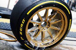 Un miembro del equipo Lotus trabaja en las ruedas de 18 pulgadas