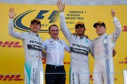 Nico Rosberg, Mercedes AMG F1, Paddy Lowe, Direttore esecutivo Mercedes AMG F1, il vincitore della gara Lewis Hamilton, Mercedes AMG F1 e Valtteri Bottas, Williams, festeggiano sul podio