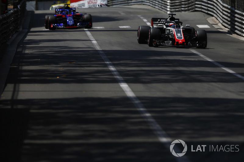 Romain Grosjean, Haas F1 Team VF-18, leads Brendon Hartley, Toro Rosso STR13