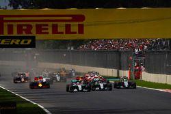 Старт гонки: Льюис Хэмилтон и Нико Росберг, Mercedes F1 W07 Hybrid, Нико Хюлькенберг, Force India VJ