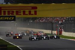 Start: Lewis Hamilton, Mercedes F1 W07 Hybrid, führt