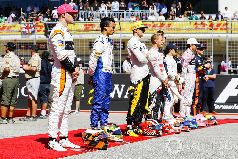 Стоффель Вандорн, McLaren, Паскаль Верляйн, Sauber, Нико Хюлькенберг, Renault Sport F1 Team, Кевин Магнуссен, Haas F1 Team, во время исполнения государственного гимна