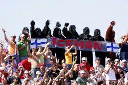 Los fanáticos vestidos con trajes de gorila animan a Kimi Raikkonen, Ferrari F2007, el hombre de hie