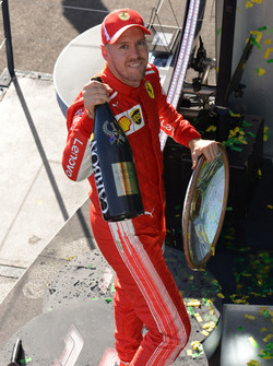 Le vainqueur Sebastian Vettel, Ferrari fête sa victoire sur le podium avec le trophée et du champagne