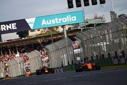 Fernando Alonso, McLaren MCL33 Renault, voor Max Verstappen, Red Bull Racing RB14 Tag Heuer