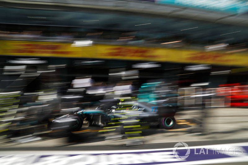 Valtteri Bottas, Mercedes AMG F1 W09, effettua un pit stop