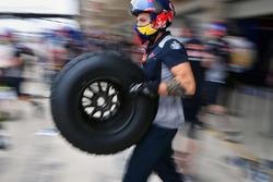 Red Bull Racing mecánico y neumático de Pirelli