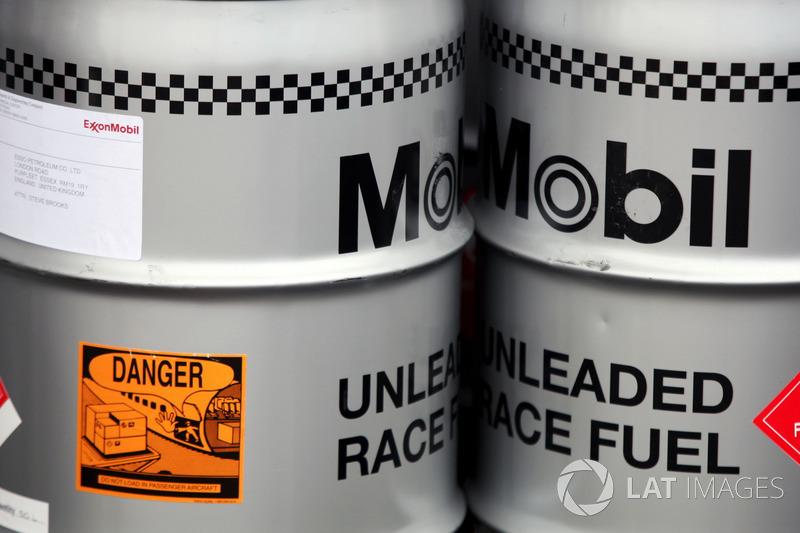 McLaren için Mobil yakıt tenekeleri