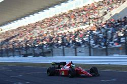 鈴鹿サーキットを走るフェラーリ640とジャンカルロ・フィジケラ