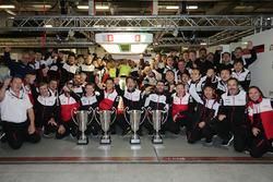 Sébastien Buemi, Anthony Davidson, Kazuki Nakajima, Mike Conway, Kamui Kobayashi, Jose Maria Lopez, Toyota Gazoo Racing fêtent la victoire