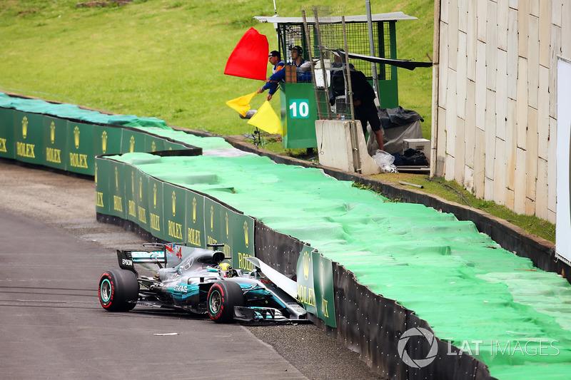 Льюис Хэмилтон разбивает машину в квалификации Гран При Бразилии