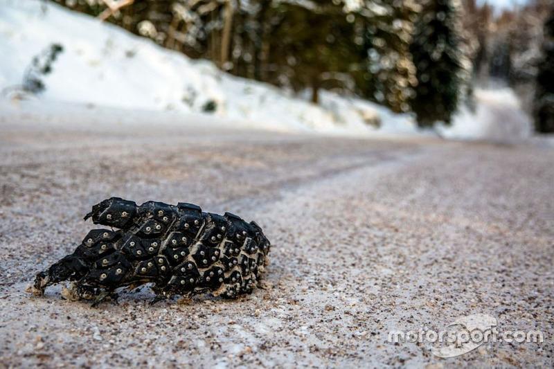 Un trozo de neumático en la pista