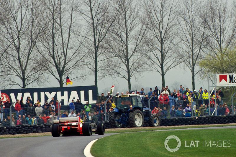 К моменту разворота Шумахера лидеры тоже успели «переобуться». Появившиеся лужи вынудили поехать за дождевыми Williams. Сенна провел на сликах на несколько кругов больше, однако когда бразилец совершил свой пит-стоп, его преимущество только выросло