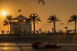 Fernando Alonso, McLaren MCL32 sacando chispas