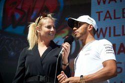 Lewis Hamilton, Mercedes AMG F1, est interviewé sur scène