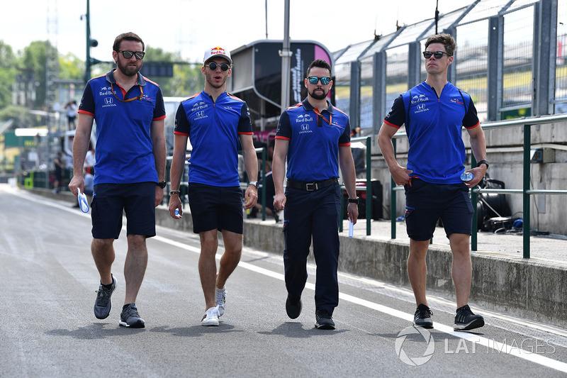 Pierre Gasly, Scuderia Toro Rosso, cammina lungo il circuito